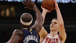 Lauri Markkanen skjuter ett skott i en träningsmatch i NBA.