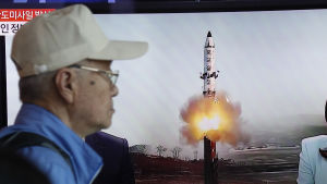 En sydkoreansk man tittar på en tv-sändning om det nordkoreanska missiltestet. 14.5.2017.