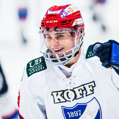 HIFK:s Tobias Winberg skrattar och jublar.
