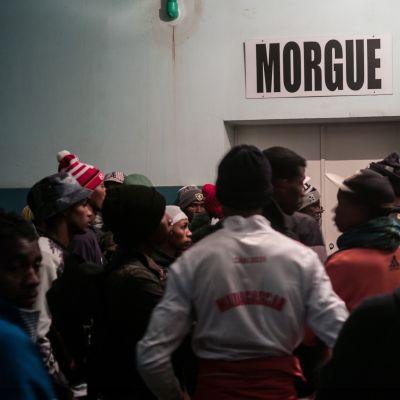 Ihmiset odottelivat Antananarivon sairaalassa tietoa onnettomuudessa kuolleista. Ainakin 16 kuoli ja 100 loukkaantui stadionilla tapahtuneessa ryntäyksessä.