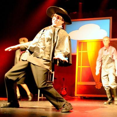 Sorry (Ole Norrback/Håkan Omars) leder SFP:arna i ett dansnummer
