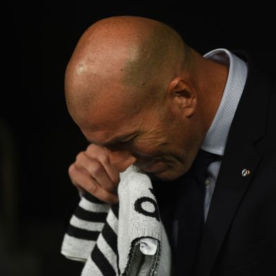Zinedine Zidane pyyhkii naamaansa pyyhkeellä.