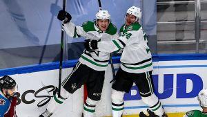 Joel Kiviranta (till vänster) och Denis Gurjanov firar segermålet.