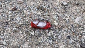 En liten barnsko på den plats där det ukrainska passagerarplanet kraschade i närheten av Imam Khomeini-flygplatsen.