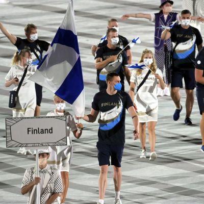 Finland marscherar in på arenan.
