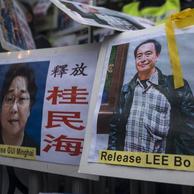 Förläggarna Gui Minhai (till vänster) och Lee Bo var kolleger och försvann båda 2015. Den här bilden togs i januari 2016 i samband med en protest i Hongkong.