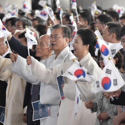 Etelä-Korean presidentti Moon Jae-in ja hänen vaimonsa Kim Jung-sook heiluttivat maansa lippua itsenäisyyspäivänä. Torstaina tuli kuluneeksi 74 vuotta siitä, kun Korea vapautui Japanin vallasta.