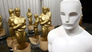 Oscar-patsaita viimeistellään