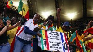 Senegalfans firar med flaggor och plakat 2002
