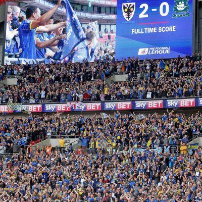 AFC Wimbledons anhängare firar avancemanget.