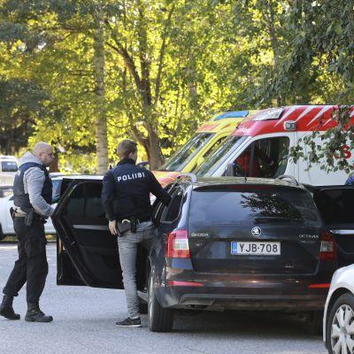 Polis och demonstranter i Jyväskylä.