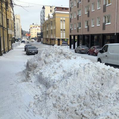 Lumikasoja Lahden keskustan katujen varrella