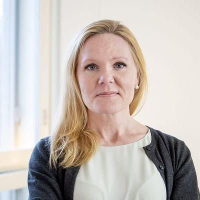 Elina Pekkarinen, en blond kvinna med armarna i kors.
