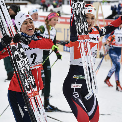Heidi Weng, Ingvild Flugstad Östberg och Jessica Diggins jublar efter målgång.