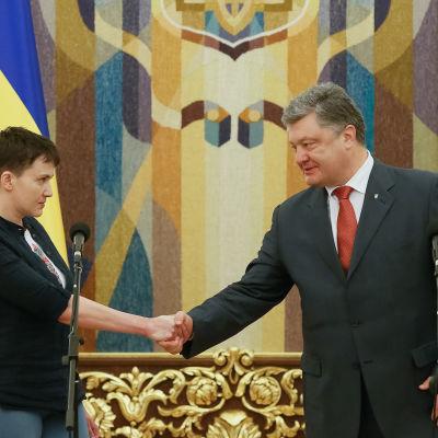 Nadija Savtjenko välkomnades i presidentpalatset av president Petro Porosjenko efter sin ankomst till Kiev