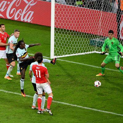 Walesin Ashley Williams puskee maalin.
