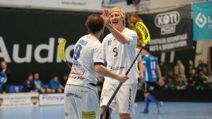 Atte Huovinen och Miro Herlin firar lagets största seger så här långt.