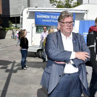 Utrikesminister Timo Soini samlade namnunderskrifter för Blå framtid i Alberga den 15 augusti 2017.