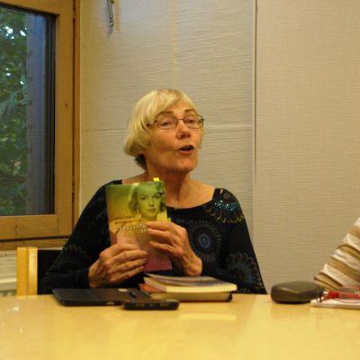 Tove Fagerholm leder bokcirkel i Kyrkslätts bibliotek.