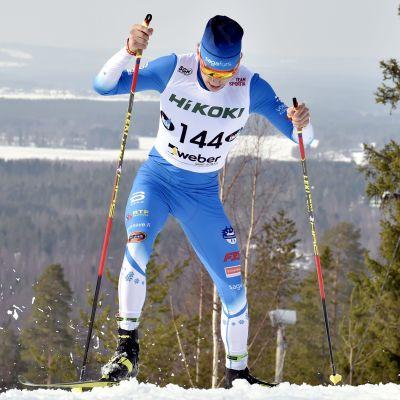 Alexander Ståhlberg skidar uppför.
