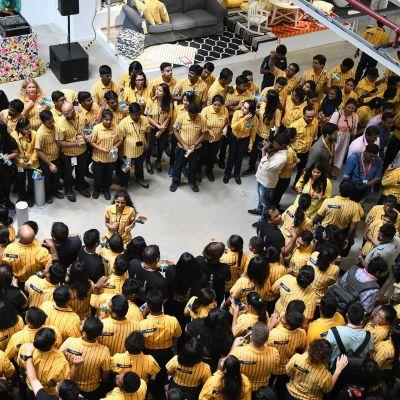 Ikeas anställda i Indien väntar på att få välkomna de första kunderna i det nyöppnade varuhuset i Hyderabad