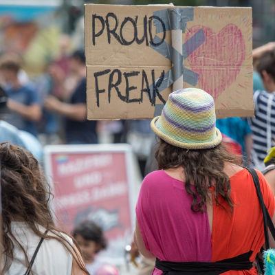 Kvinna med plakat.