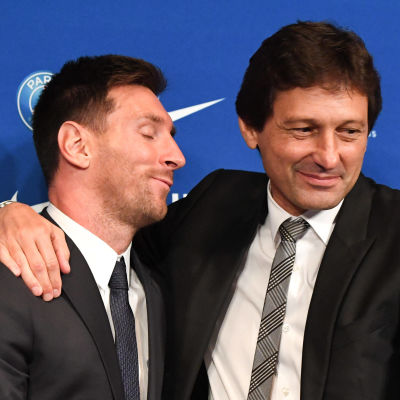 Leonardo håller om Leo Messi.