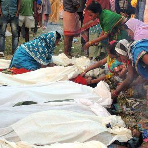 Kvinnor samlade runt dödsoffren i en by i distriktet Golaghat, i Assam, i fredags den 22 februari.