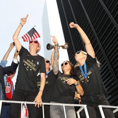 Megan Rapinoe ja hänen joukkuetoverinsa ottivat kaiken irti mestaruusparaatista.