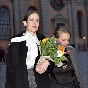 Sara Danius och Sara Stridsberg i armkrok.