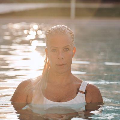 Nora Yrjölä poseeraa promokuvassa.