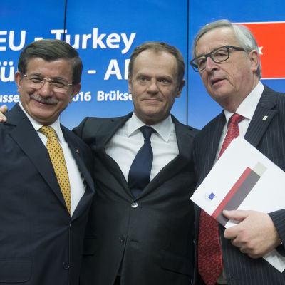 Turkiets premiärminister Ahmet Davutoğlu, Europeiska rådets ordförande Donald Tusk och EU-kommissionens ordförande Jean-Claude Juncker den 18 mars då EU och Turkiet slöt sitt flyktingavtal.