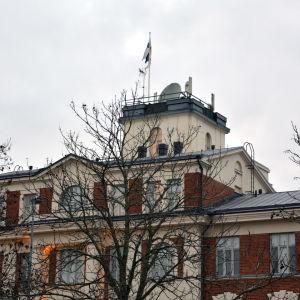 Fasaden och tornet av en av de ståtliga byggnaderna vid Heikkiläs gamla kasern i Åbo.