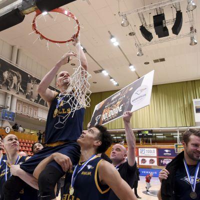 Helsinkiläinen Seagulls juhli voittoa miesten koripallon Suomen Cupin loppuottelussa