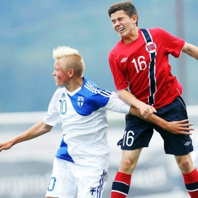 Arkivbild. Fredrik Jensen i en nickduell mot Siver Solli i en pojklandskamp mot Norge 2013.