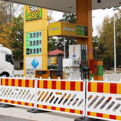 En bensinmack har stängts och skärmats av med tillfälligt staket