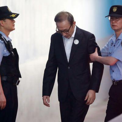 Den konservativa ex-presidenten Lee Myung-Bak dömdes till 15 års fängelse för korruption och maktmissbruk