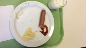 Metsäkylän koulun ruokana uunimakkaraa, muusia ja salaattia. Lautanen tyhjenee salamannopeasti.
