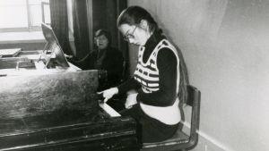 Teinityttö pianotunnilla.