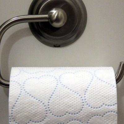 en toalettpappersrulle med toalettpapper med små hjärtan på