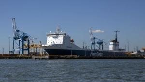 Rahtilaiva Vuosaaren satamassa.