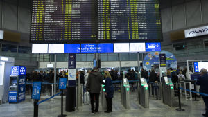 Lentokentän taulu, jolla on paljon peruttuja lentoja.