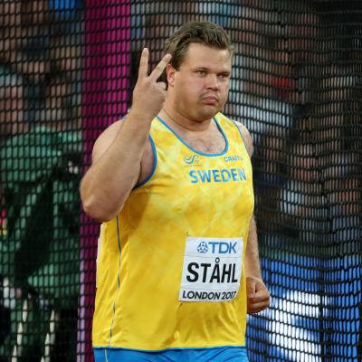 Daniel Ståhl på friidrottsplanen i London.