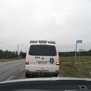 Polisbil på Riksväg 8.