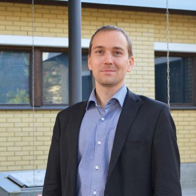 Christoffer Masar utanför Grankulla hälsocentral