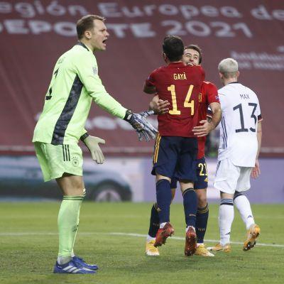 Saksan maalivahti Manuel Neuer poimi pallon selkänsä takaa peräti kuusi kertaa Espanjaa vastaan.