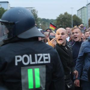 Poliser och demonstranter i Chemnitz i Tyskland.