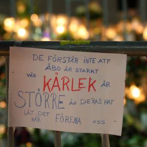 En skylt vid minnesplatsen för Åboattacken.