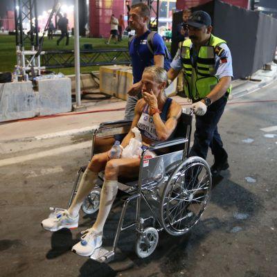 Dohan MM-kisojen maratonilla 19:nneksi sijoittunutta Anne-Mari Hyryläistä hoidettiin raastavan maratonin jälkeen lääkintäalueella.