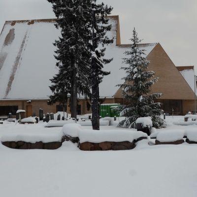 Ylivieskan uusi kirkko talvimaisemassa.
